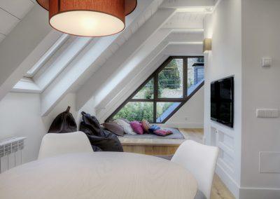 Tatami, sala de juegos, cama plataforma, decoración alegre: Reforma y decoración de vivienda en Baqueira (Valle de Arán-Pirineos)