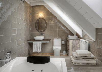 Baño de diseño, bañera de hidromasaje y encimera de madera