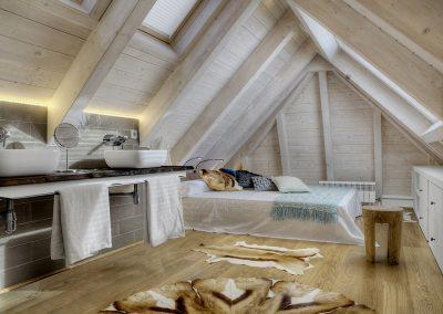 Suite bajo cubierta, encimera madera, alfombras de piel: Reforma y decoración de vivienda en Baqueira (Valle de Arán-Pirineos)