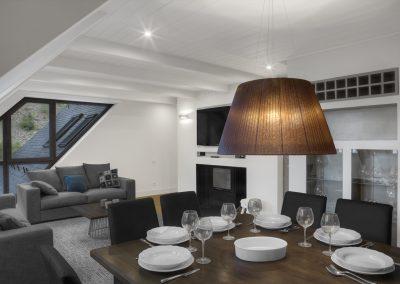 Salón-comedor, mesa de madera: Reforma y decoración de vivienda en Baqueira (Valle de Arán-Pirineos)