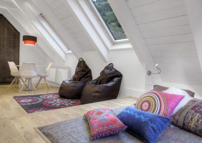 Tatami, sala juegos, decoración étnica con color: Reforma y decoración de vivienda en Baqueira (Valle de Arán-Pirineos)